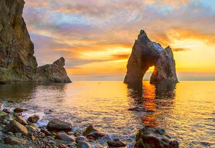 Крым, Золотые ворота Кара-Дага. Источник фото: of-crimea.ru